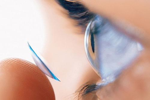 Одягання контактних лінз